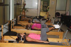 Socias practican Pilates con gran intensidad